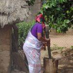 Afrikaanse vrouw in dorp