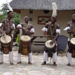 4 muzikale afrikaanse mannen tijdens Culturele tocht